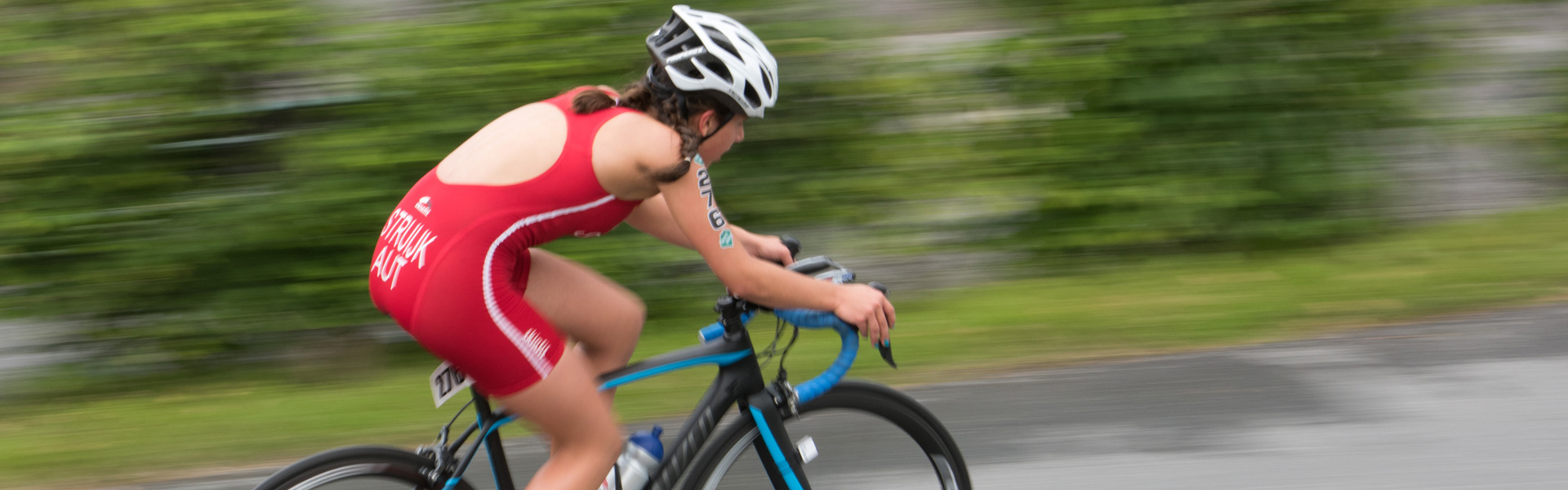"<div style=""background: rgba(0,0,0,0.3) ; padding: 12px;""><h2>Triathlon</h2> <p>SWIM / BIKE / RUN<br /> <br />"